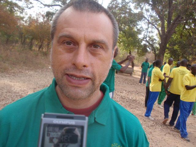 Le formateur, Hervé Marest, apprécie les progrès de ses stagiaires