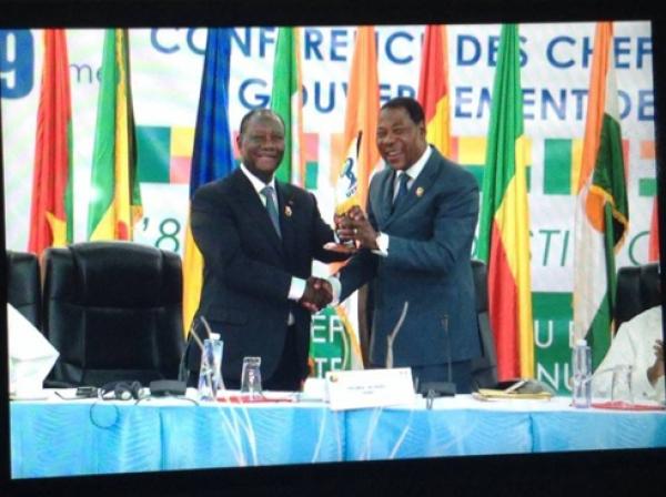 Le passage de témoin entre Yayi Boni (à droite) et Alassane Ouattara s'est fait dans la cordialité