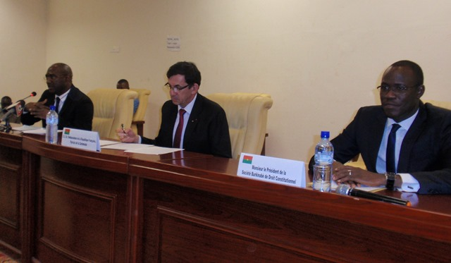 Le Pr. Dodzi Kokoroko, à l'extrême gauche, présentant le rapport de synthèse du colloque de Ouaga sur les alternances politique en Afrique