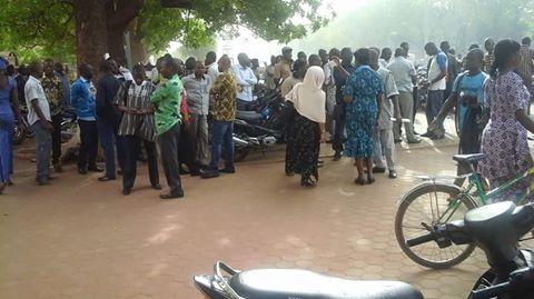 Les manifestants ce mardi lors de leur sit-in devant le ministère de l'administration territoriale