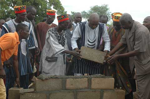Le Premier ministre Paul Kaba Thièba posant la pierre pour la reprise des travaux