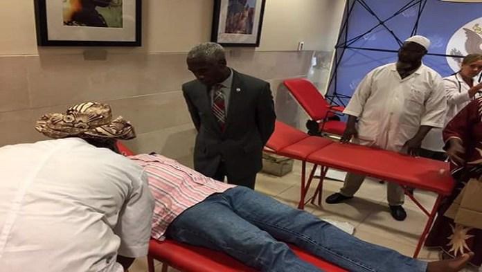 L'ambassadeur Tulinabo Mushingi sur place pour suivre l'opération de don du sang et encourager ses collaborateurs