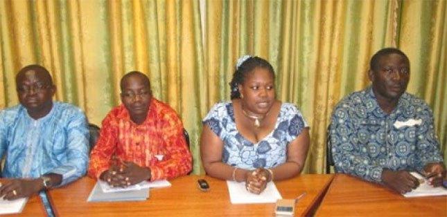 La  DG de la DGPML, Aminata Nacoulma, entourée des collaborateurs au cours de la conférence de presse