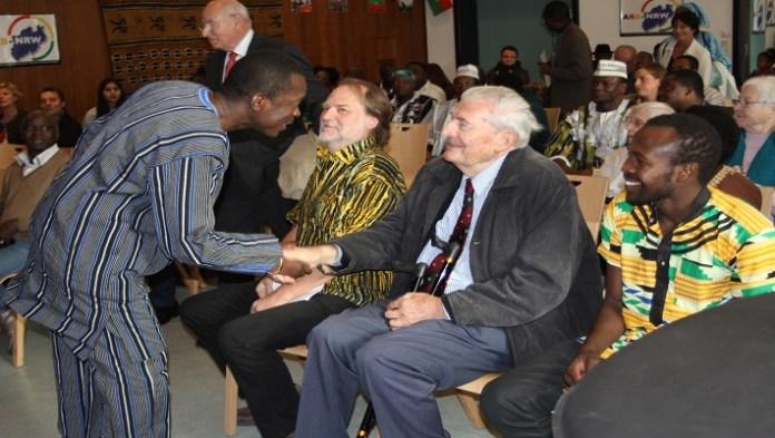 L'ambassadeur Simplice Honoré Guibila saluant Dr. Schmidt Michael, ancien ambassadeur d'Allemagne au Burkina Faso de de 1971 à 1973