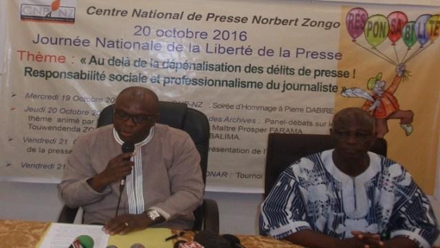 Le ministre de la communication, Rémis Fulance Dandjinou (micro), lors de son intervention ce 20 octobre 2016 à Ouagadougou