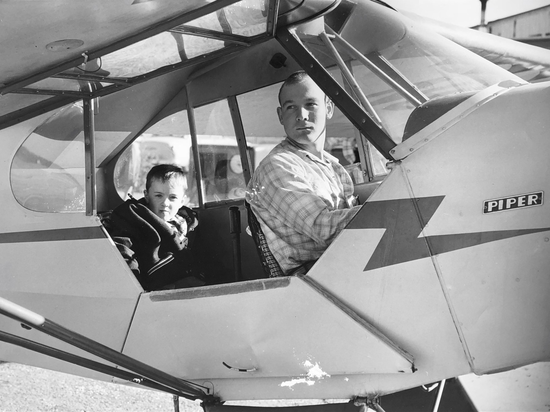 Wayne with pilot Fred de Havilland