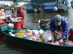 ထိုင်းရေဘေးသင့်ဒေသတွင် လှေဖြင့်စျေးရောင်းနေကြပုံ(Photo- IMNA)