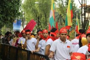 မလေးရှားနိုင်ငံ မြန်မာသံရုံးရှေ့ဆန္ဒပြလာရောက်ကြသည့် မွန်လူငယ်များ( Internet)
