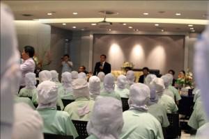 မဟာချိုင်မြို့ရှိ တူနာငါးသေတ္တာစက်ရုံတွင် ဝန်ကြီးချုပ် ဦးမြတ်ကိုနှင့်အလုပ်သမားများတွေ့ဆုံစဉ်