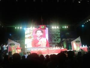 (၆၆) ကြိမ်မြောက် မွန်အမျိုးသားနေ့အခမ်းအနားတွင် ဒေါ်အောင်ဆန်းစုကြည် မိန့်ခွန်းပြောကြားခဲ့စဉ်(Internet)