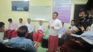 မွန်သမိုင်းသုတေသနအဖွဲ့ဝင် နိုင်ရဲဇော်ရှင်းလင်းနေစဉ် (Mi Kon Htaw)