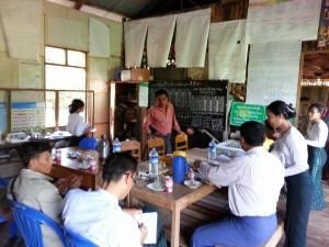 စက်စဲကျေးရွာအုပ်စု လှာကမိုင်စာသင်ကျောင်းသို့ထောက်ပံ့ငွေပေးအပ်စဉ် (MinLatt facebook)