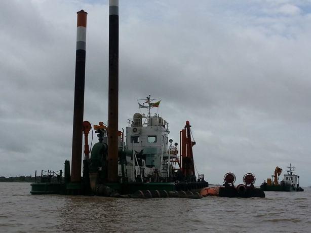 ဓမ္မစေတီခေါင်းလောင်းဆယ်ယူနေသည့်သင်္ဘောတစ်စီး(internet)