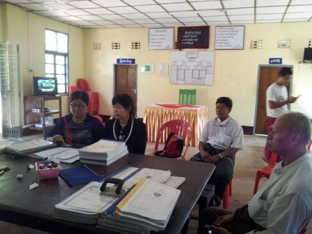 ကိုပါကြီး၏ဇနီး မသန္တာ(ဝဲမှဒုတိယအစွန်လူ) ကျိုက်မရောရဲစခန်းတွင်အမှုလာဖွင့်စဉ်(Ma Thandar Facebook)