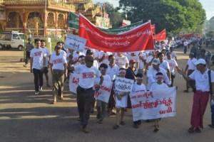 ကျောက်မီးသွေးသုံးလျှပ်စစ်စက်ရုံအား ဒေသခံများကန့်ကွက်ဆန္ဒပြစဉ်(Ye Myo)