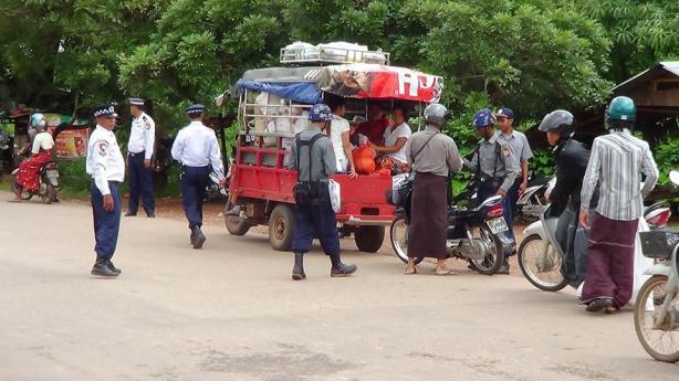 ယာဉ်များ စစ်ဆေးနေစဉ်(MK)