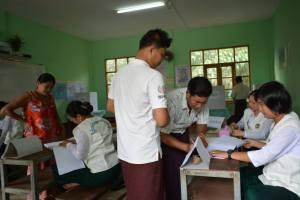 မဲရုံတစ်ခုအတွင်း မဲစာရင်းထုတ်ပေးနေစဉ်(IMNA)