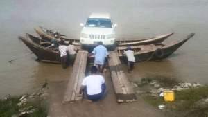 မော်လမြိုင်မှ ဘီးလူးကျွန်းသို့  စက်လှေဖြင့် ကားတင်နေပုံ (Facebook ဘီးလူးကျွန်း)
