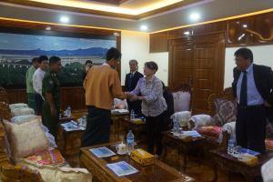 တိုယိုထိုင်းကုမ္ပဏီနှင့် မွန်ဝန်ကြီးချုပ်အားနှုတ်ဆက်နေစဉ်(Min Min Oo FB)