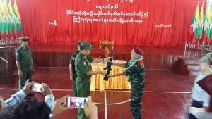 ရတခ တိုင်းမှူးထံ ဓါးပြခေါင်းဆောင် နိုင်လှိန်း လက်နက်အပ်နှံစဉ်(AK)
