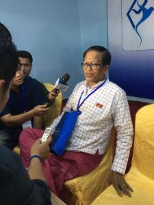 နိုင်ဟံသာက သတင်းထောက်များအား ပြောကြားနေစဉ်(MNA)