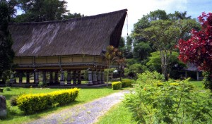Old_Batak_village_long_house