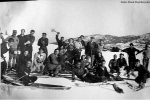 Ayakta duran kasketli Vali Şefik Soyer, onun önünde oturanlar Şahsine Altıok ve H. Muzaffer Kalkan