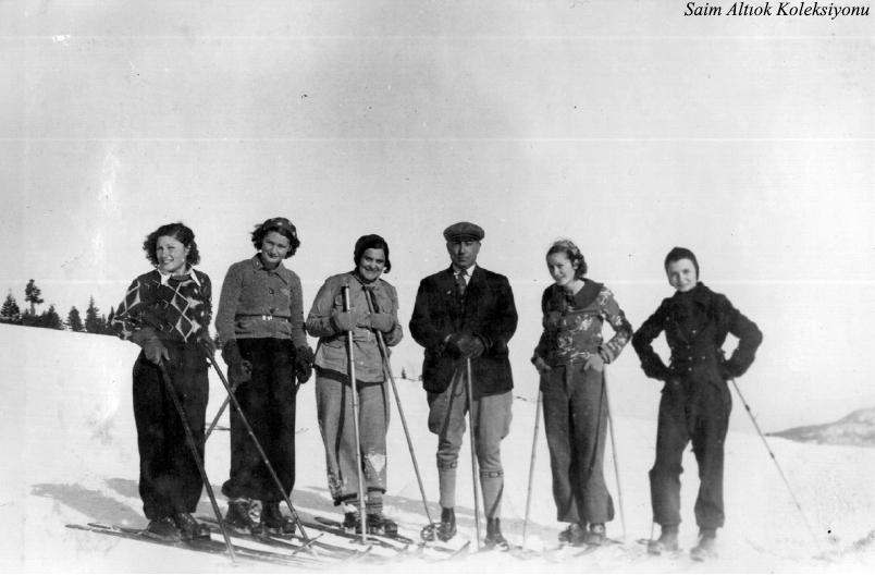 Bursalı bayan kayakçılar Vali Şefik Soyer ile- Valinin hemen solunda H.Muzaffer Kalkan,sağında ortada Şahsine Altıok