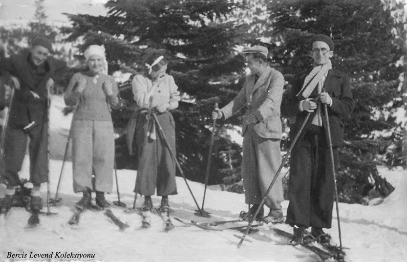 Sağdan ikinci Mithat Gözeler, üçüncü Münevver Belen (1937)