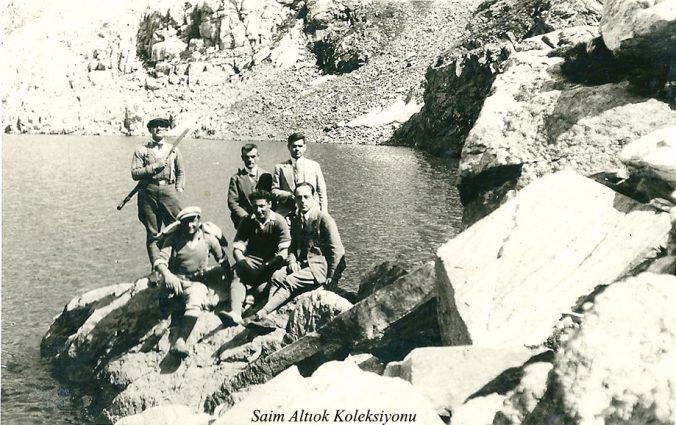 Kara Göl (2279m) Sol başta oturan kasketli Saim Altıok