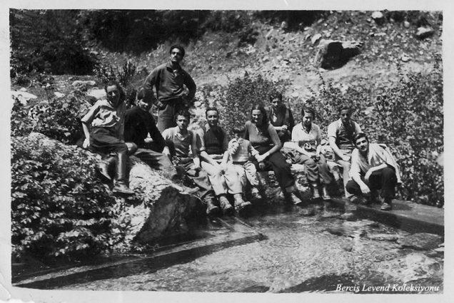 Oturanlar sol başta birinci H. Muzaffer Kalkan , dördüncü ve beşinci Saim-Şahsine Altıok, aralarındaki çocuk ben, yedinci Münevver Belen (1937)