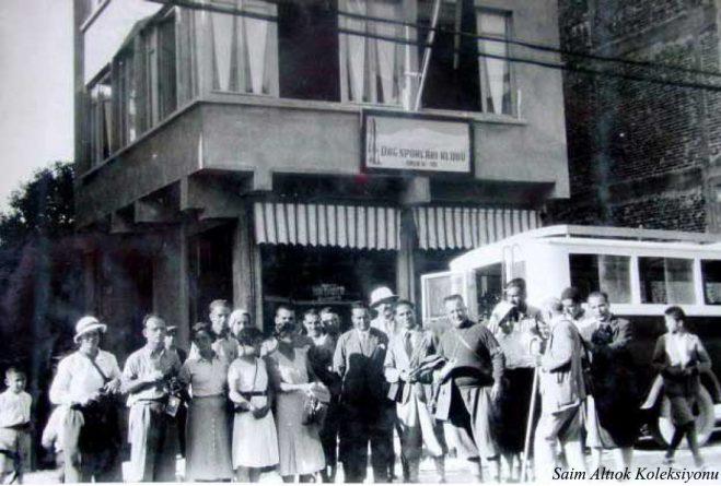 Yunanistan'ın E.O.Σ Kulübü dağcılarının Kulübü ziyareti-Resmin ortasındaki kişi Kulüp başkanı Saim Altıok,onun solunda ikinci Bursa Seyyahin ve Otomobil ( Turing) Kulubü Bursa Şubesi Müdürü Tevfik Halis
