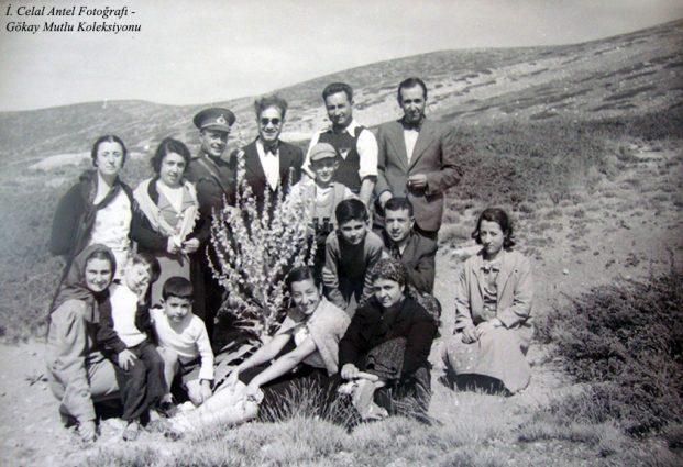 Ayakta soldan birinci Belkıs Antel (Özdoğan), dördüncü İhsan Özdoğan, beşinci Saim Altıok, altıncı Eczacı Selahattin Bey, oturanlardan soldan birinci Şahsine Altıok ve ben (1937)