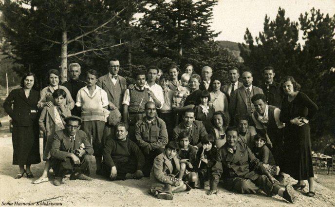 Arka sıra sağdan ikinci Tayyar Akkeskin, beşinci Şahsine Altıok, ön sıra sağdan birinci Saim Altıok, solda en son Musa Ataş