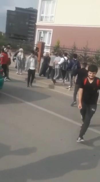 Bursa'da okul önünde arbede kamerada…
