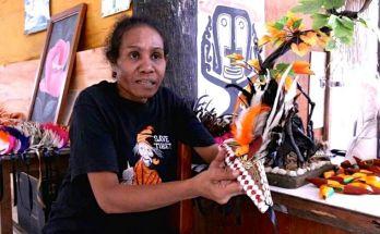 Fredika Rumkorem, pengrajin burung Cenderawasih imitasi (Asrida Elisabeth-Mongabay.co.id)