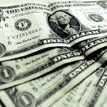 Dolar posiluje, investoři ho preferují jako bezpečnou měnu