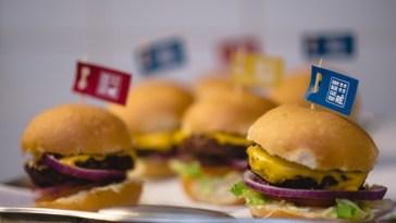 Festa em casa com hambúrguer delícia