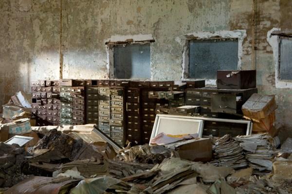 Muchas de las estructuras más pequeñas de la isla fueron utilizados por el Departamento de Corrección como registros de los edificios de almacenamiento. Hoy en día, cientos de miles de páginas de documentos mohosos decaen lentamente en estos edificios abandonados. - Foto: The Kingston Lounge