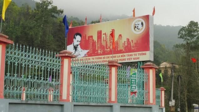 Ho Chi MInh bajo la atenta mirada de Lennin y Stalin