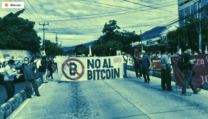 En este momento estás viendo La ley de Bitcoin en El Salvador tiene ciudadanos protestando