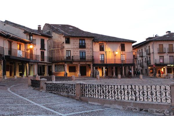Pueblos rojos de Segovia. Que ver en Riaza. Soportales de Riaza