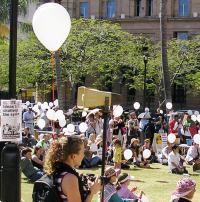 white-balloons-free-palestine-free-lebanon-rally-12-aug-2006-004.jpg
