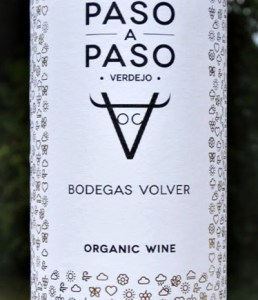 Paso a Paso Verdejo 2018 organic dry white wine. Delicious verdejo with tropical fruit and citrus fruits in perfect balance. Made from hand-picked grapes harvested from 34 year old vines. Made by Rafael Canizares. Good with fish, salads, chicken and great on its own.