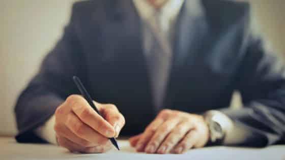 Abogado que firma una traducción jurídica