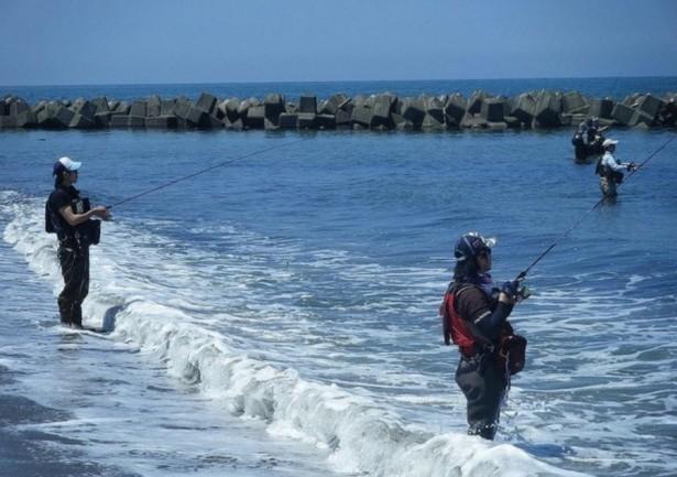 【ウェーディング(海:サーフ・砂浜)でシーバス・ヒラメ・マゴチ・青物を釣ろう!】釣り方、装備(ウェーダー、フローティングベスト)、ポイント(場所)選び、おすすめのルアー、注意点等【まとめ】