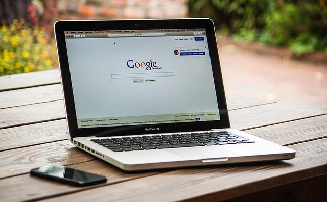 Googleの画面が移っているパソコン
