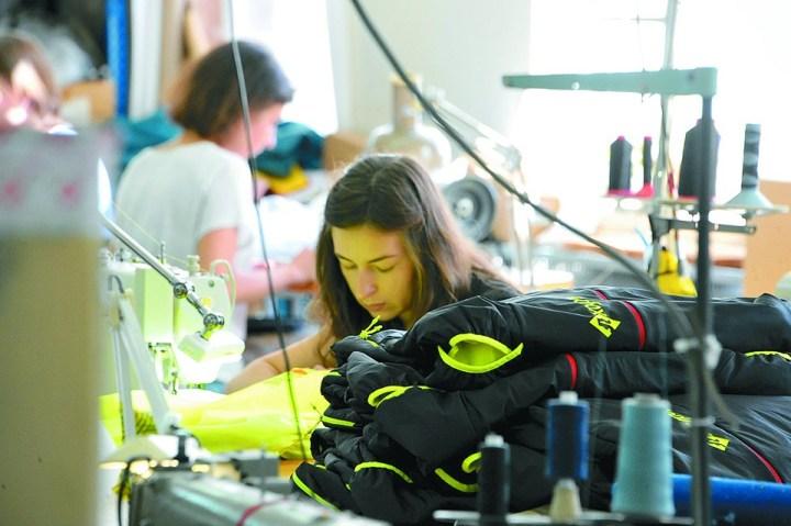 Для шитья спортивной экипировки требуются швеи особой квалификации.