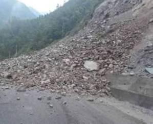निरन्तर वर्षाले सडक अवरुद्ध,मध्यपहाडी क्षेत्रको जनजीवन कष्टकर