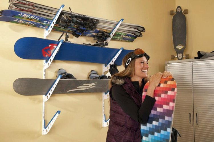 snowboard_home_storage_rack_with_girl__98418.1390320961.1280.1280